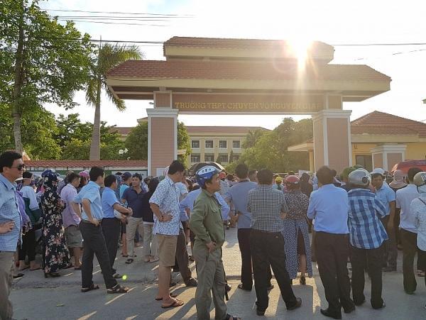 Phụ huynh đứng ngoài cổng trường chờ con em thi lại môn văn chiều ngày 5/6. Ảnh:báo Tuổi trẻ và Pháp luật