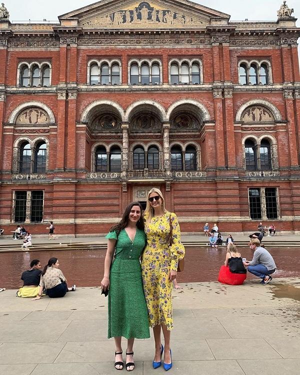 Vừa đặt chân đến Anh trước Tổng thống Donald Trump. Cô con gái lớn nhà Trump đã kịp chụp hình trước Bảo tàng V & A ở Kensington, London. Cô vô cùng nổi bật với chiếc đầm hoa màu vàng thời thượng kết hợp đôi giày cao gót màu xanh biển đậm. Được biết, thiết kế váy của cô thuộc thương hiệu Les Rêveries, có giá 655 đô la Mỹ ( tầm 15 triệu đồng).