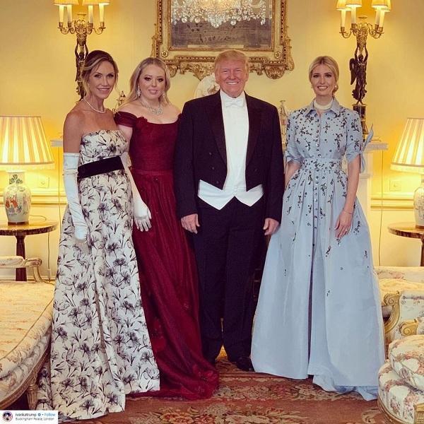 Ivanka cùng gia đình dự tiệc chiêu đãi do Nữ hoàng Anh tổ chức tại Cung điện Buckingham. Ái nữ nhà Trump chọn váy xanh pastel Carolina Herrera với họa tiết thêu có giá hơn 10 nghìn đô la Mỹ , đeo phụ kiện ngọc trai cùng kiểu tóc búi quý phái.