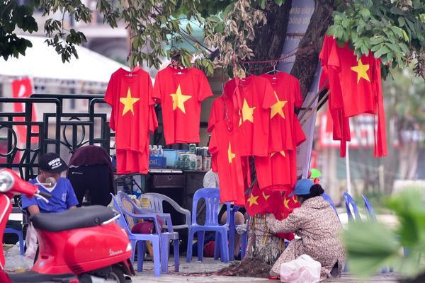 Đây cũng là dịp bán cờ, áo ăn nên làm ra.