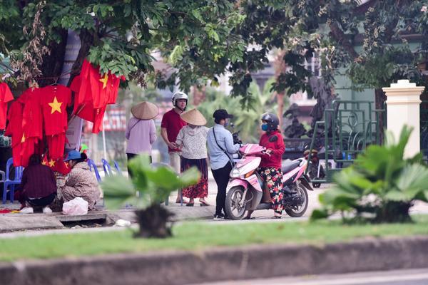 Phe vé hoạt động khá nhộn nhịp gần khu vực cổng SVĐ Phú Thọ.