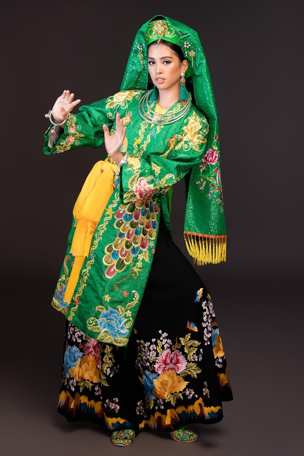 Trang phục của Tiểu Vy sử dụng sắc xanh của miền rừng núi được thể hiện trên nền gấm có hoa văn tinh xảo sang trọng. Từ khăn vấn, trâm cài cho tới những chi tiết nhỏ như hoa tai, kiềng đeo cổ đều được mỹ nhân 18 tuổi chau chuốt kỹ lưỡng.