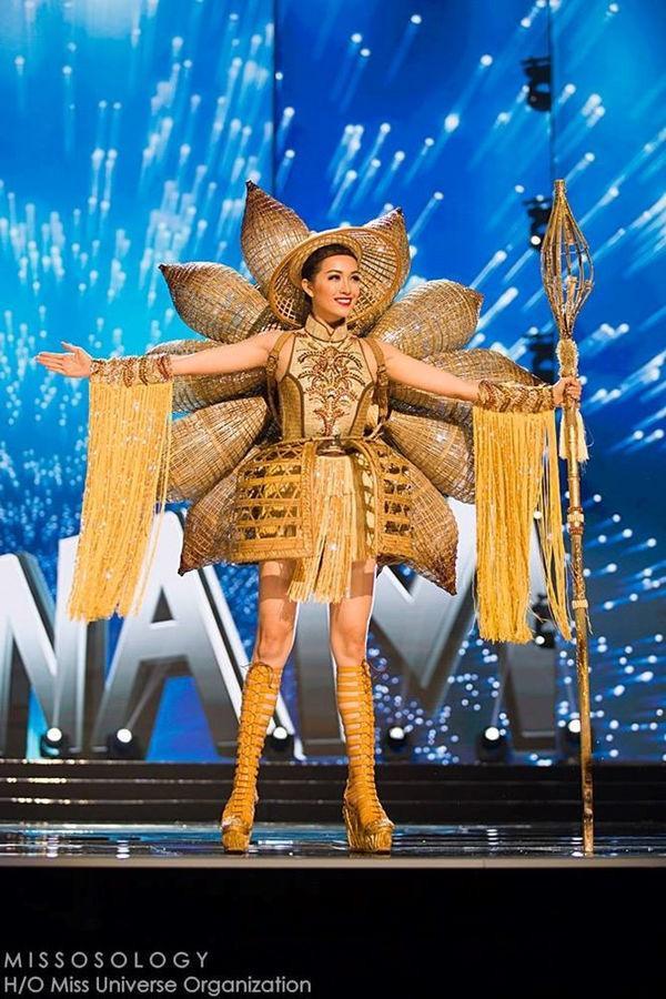 """Bộ Trang phục """"Nàng Mây"""" được Lệ Hằng trình diễn trên sân khấu Miss Universe 2016 và lọt top 5 trang phục dân tộc đẹp nhất."""