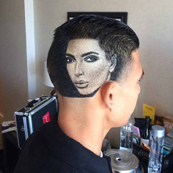 Trước đó, kiểu mốt này đã được nhiều fan hâm mộ tại các khi vực Châu Âu hay Trung Đông yêu thích. Trong ảnh là bức chân dung của Kim Kardashian trên đầu một chàng trai.