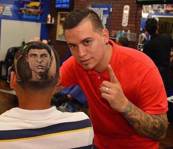 """Chân dung trong ảnh là cầu thủ Christiano Ronaldo, được biết để có thể để hình ảnh thần tượng luôn """"hoàn hảo"""", các fan phải chấp nhận lui đến tiệm làm tóc ít nhất 2 tuần/ lần."""