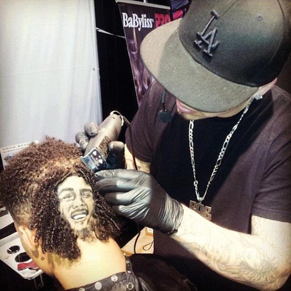 Mái tóc của vị khách này lại vô tình trùng với kiểu đầu của Bob Marley.