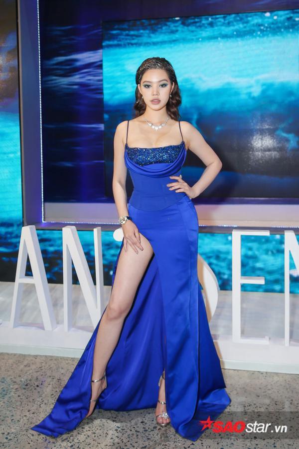 Từ kiểu tóc lấp lánh đến bộ váy của Jolie Nguyễn đã giúp chân dài có được một suất trong danh sách sao đẹp tuần này.