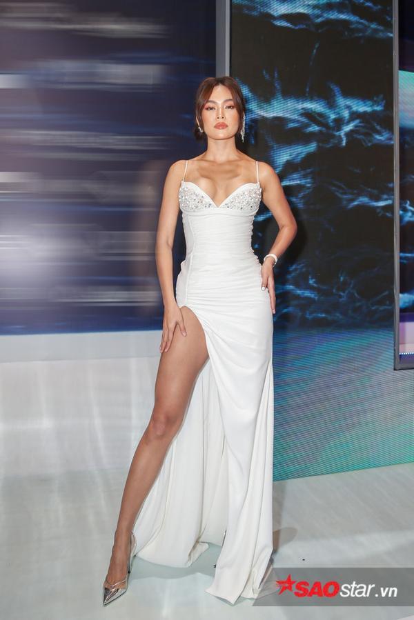 Có vẻ kiểu váy xẻ cao một bên đang rất được lòng các nghệ sĩ, Mâu Thủy cũng chọn lựa nó khi tham dự một sự kiện trong tuần qua.