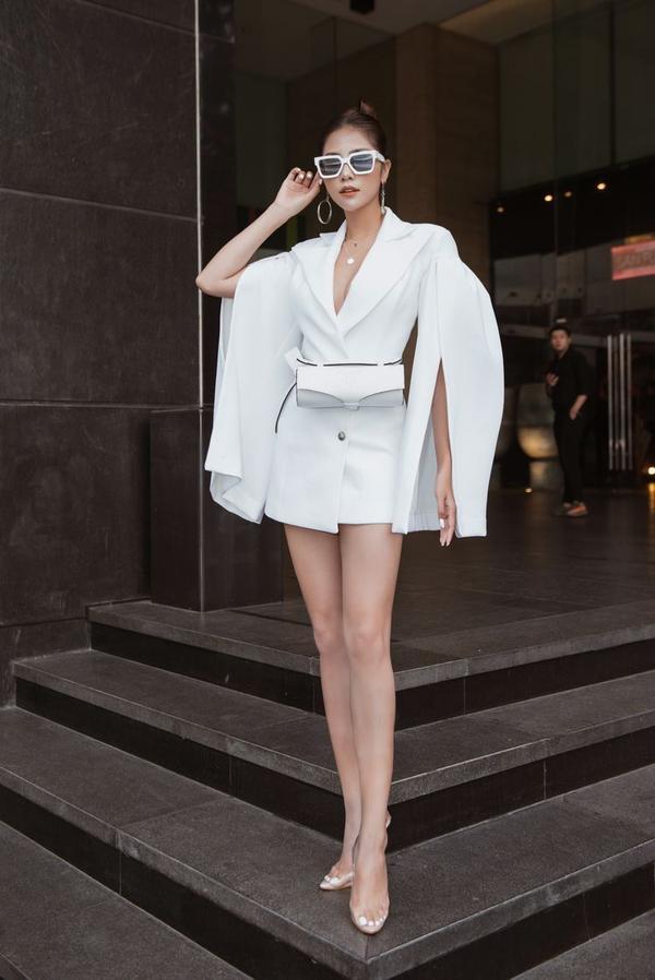 Cả cách phối phụ kiện túi đeo hông và kính mắt gọng to đã giúp vẻ ngoài của cô nàng thêm phần hoàng thiện.