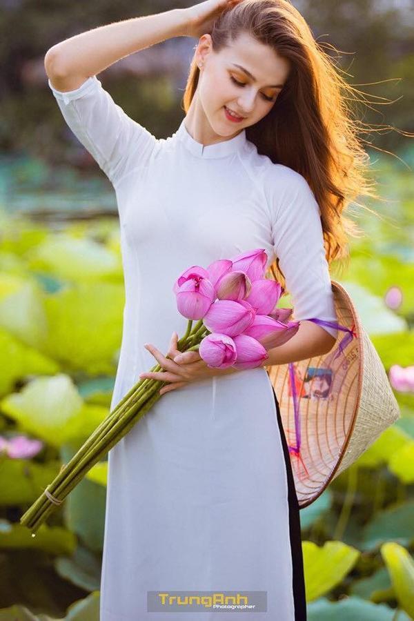 Chẳng cần chiêu trò khoả thân phản cảm, bộ ảnh cô gái Tây dịu dàng bên hoa sen và áo dài cũng đủ khiến dân tình thổn thức ảnh 0