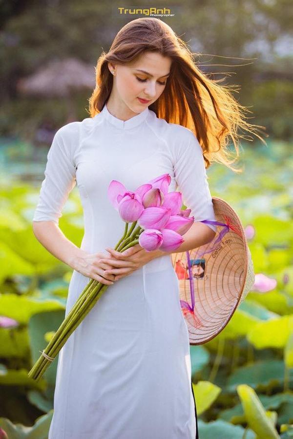 Hình ảnh cô gái người nước ngoài trong tà áo dài trắng và mái tóc thả tự nhiên khiến dân tình thổn thức