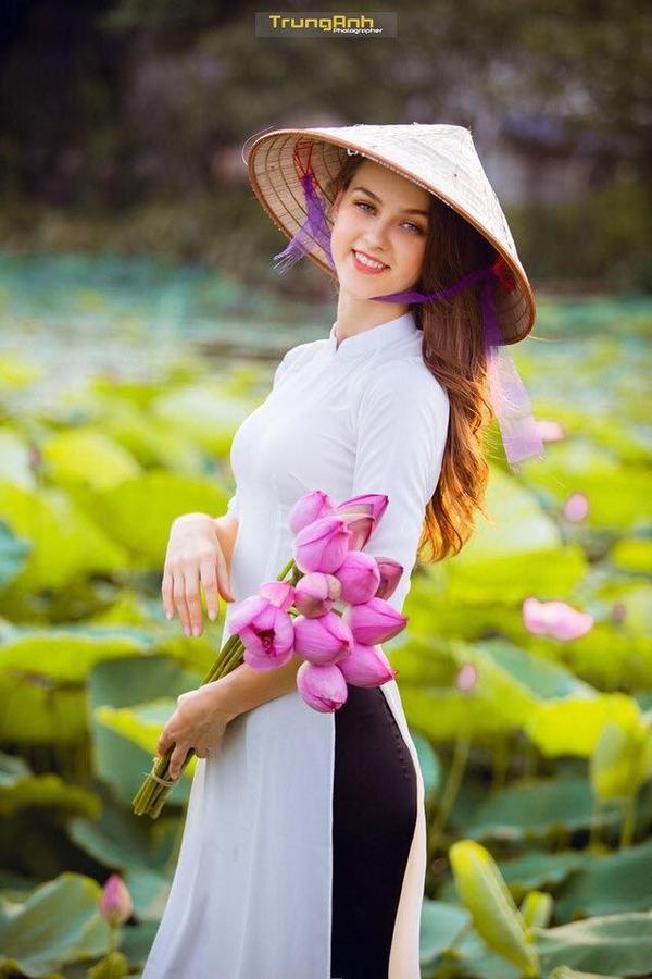 Chẳng cần chiêu trò khoả thân phản cảm, bộ ảnh cô gái Tây dịu dàng bên hoa sen và áo dài cũng đủ khiến dân tình thổn thức ảnh 3