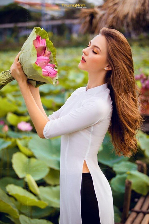 Chẳng cần chiêu trò khoả thân phản cảm, bộ ảnh cô gái Tây dịu dàng bên hoa sen và áo dài cũng đủ khiến dân tình thổn thức ảnh 5