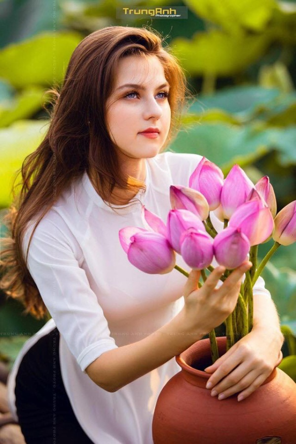 Cô gái người Ukraine khoe vẻ đẹp tinh khôi, dịu dàng mà vẫn vô cùng rực rỡ bên hoa sen.