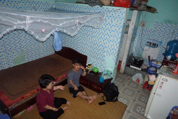 Thời tiết oi nóng khiến căn nhà trọ luôn nóng hầm hập.