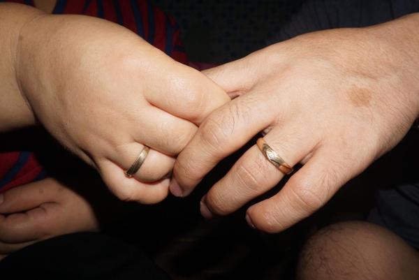 Cuộc sống còn nhiều khó khăn nhưng hai vợ chồng cho biết sẽ cùng nắm tay nhau vượt qua.