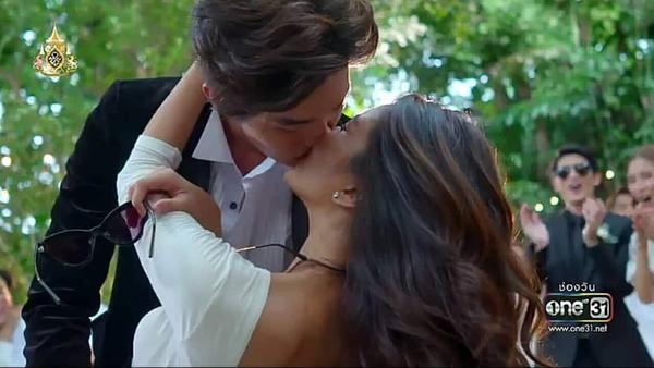 Nụ hôn ngọt ngào trong ngày trọng đại