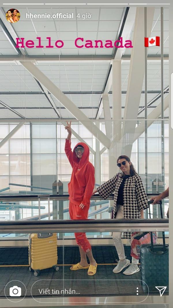 """Mới đây, H'Hen Niê đã đăng tải lên story cá nhân tấm ảnh street style sân bay cực kỳ nhí nhảnh, không phải cao gót hay giày thể thao, cô nàng chọn mang dép tổ ong cho thoải mái và còn """"điệu"""" đến độ phối cùng màu vali."""