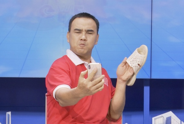 """Quyền Linh cũng là một nghệ sĩ Việt """"say"""" dép tổ ong như """"điếu đổ"""". Dù lên sân khấu hay giữa đời thường, anh cũng quyết không rời xa item này."""