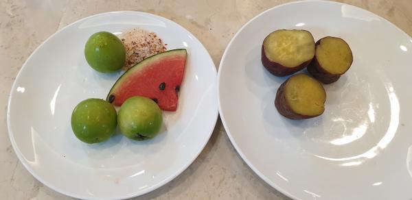 Bữa ăn thanh lọc cơ thể của Tuấn Hưng gồm các loại thực phẩm tự nhiên như trái cây..Đặc biệt là thực phẩm tốt cho việc giảm cân như táo, dưa hấu, khoai lang…