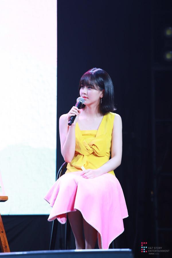 Mặc chiếc váy màu vàng nổi bật.