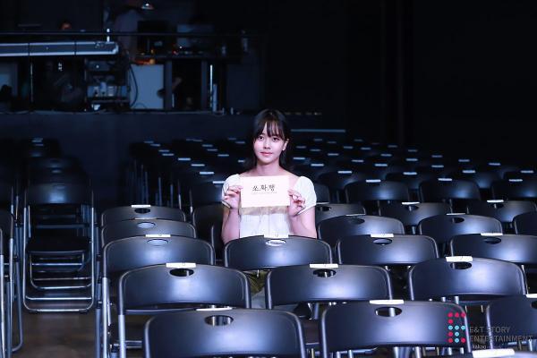 Sau buổi tập, cô ấy đã chọn một chỗ bất kỳ cho người may mắn. Chụp ảnh chứng nhận, fan ngồi ở đó sẽ nhận được quà.