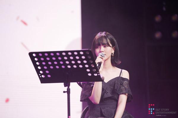 """Hát ca khúc """"Heart"""" của IU như một món quà chia tay khi kết thúc sự kiện."""
