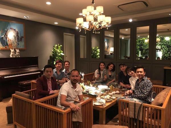 Lấy sticker che mặt, dân mạng vẫn nhanh mắt phát hiện Hồ Quang Hiếu ngồi sát bên Bảo Anh khi đi ăn cùng bạn bè ảnh 1