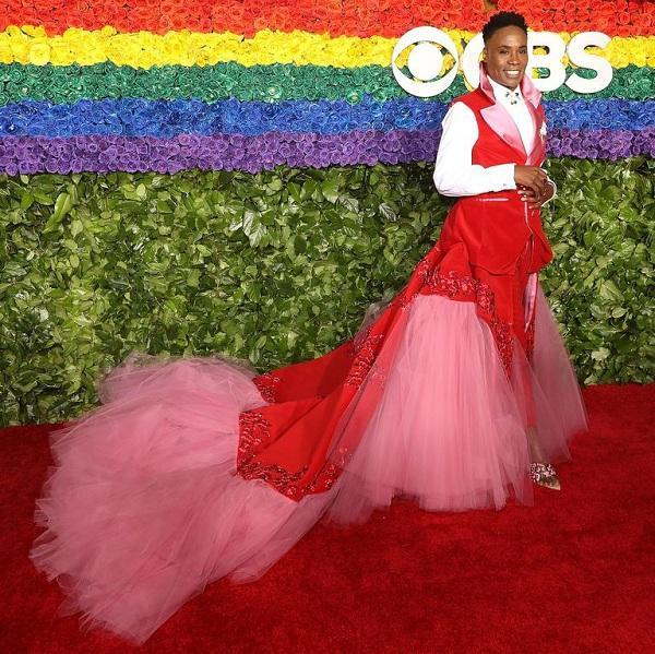 Phần thân váy vải tuyn bao gồm 30.000 viên pha lê Swarovski đính tỉ mỉ trên thân váy đỏ rực đã giúp Billy Porter sáng chói nhất thảm đỏ