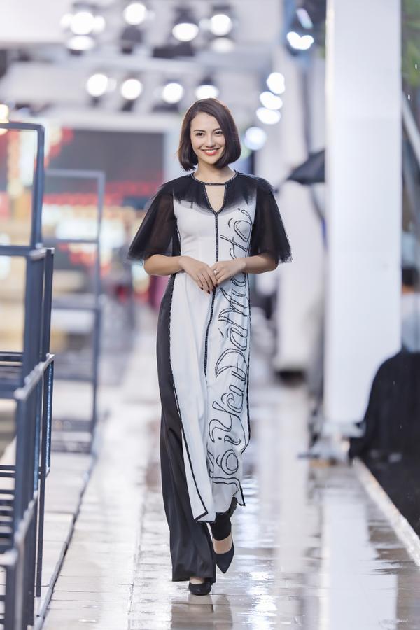 Hồng Quế mặc áo dài cách tân của NTK Hà Duy, catwalk nổi bật giữa dàn model Trung Quốc ảnh 0