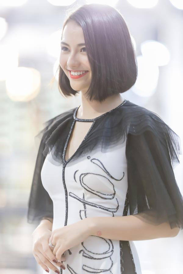 Hồng Quế mặc áo dài cách tân của NTK Hà Duy, catwalk nổi bật giữa dàn model Trung Quốc ảnh 2