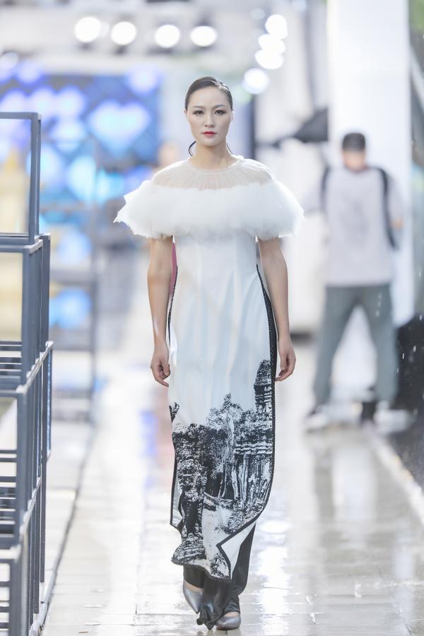 Hồng Quế mặc áo dài cách tân của NTK Hà Duy, catwalk nổi bật giữa dàn model Trung Quốc ảnh 4