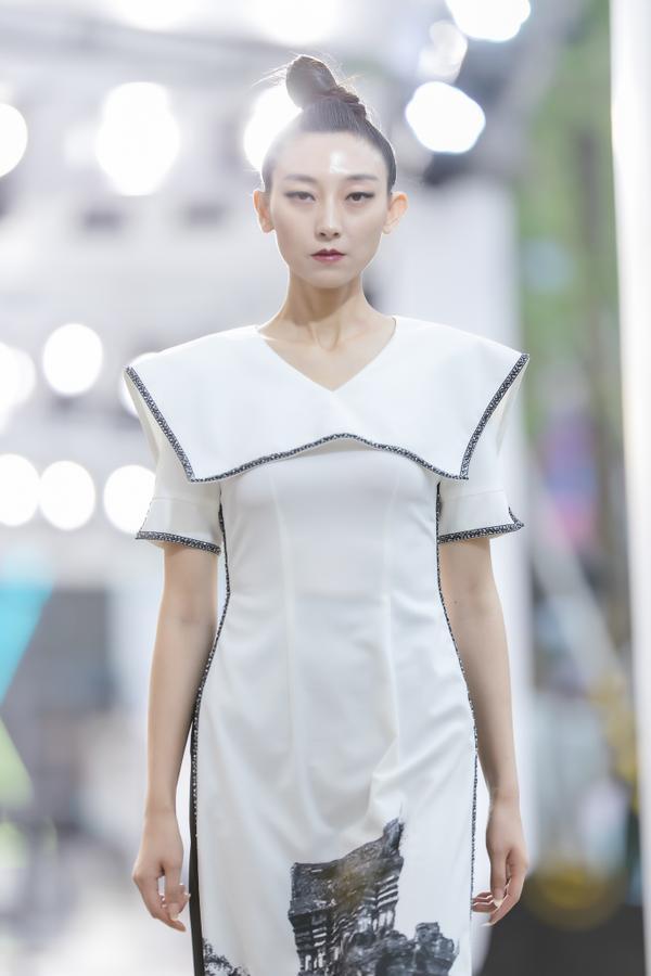 Hồng Quế mặc áo dài cách tân của NTK Hà Duy, catwalk nổi bật giữa dàn model Trung Quốc ảnh 6