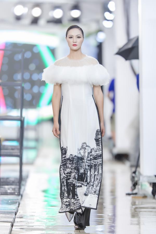Hồng Quế mặc áo dài cách tân của NTK Hà Duy, catwalk nổi bật giữa dàn model Trung Quốc ảnh 8
