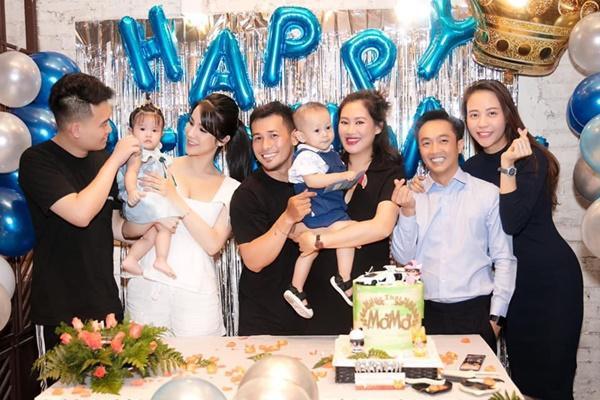 Đàm Thu Trang luôn nép sau người Cường Đôla trong bữa tiệc của người bạn thân