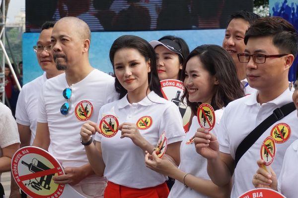"""Hình ảnh người dân thủ đô đi bộ quanh bờ hồ Hoàn Kiếm kêu gọi cộng đồng """"Không uống rượu bia khi lái xe""""."""