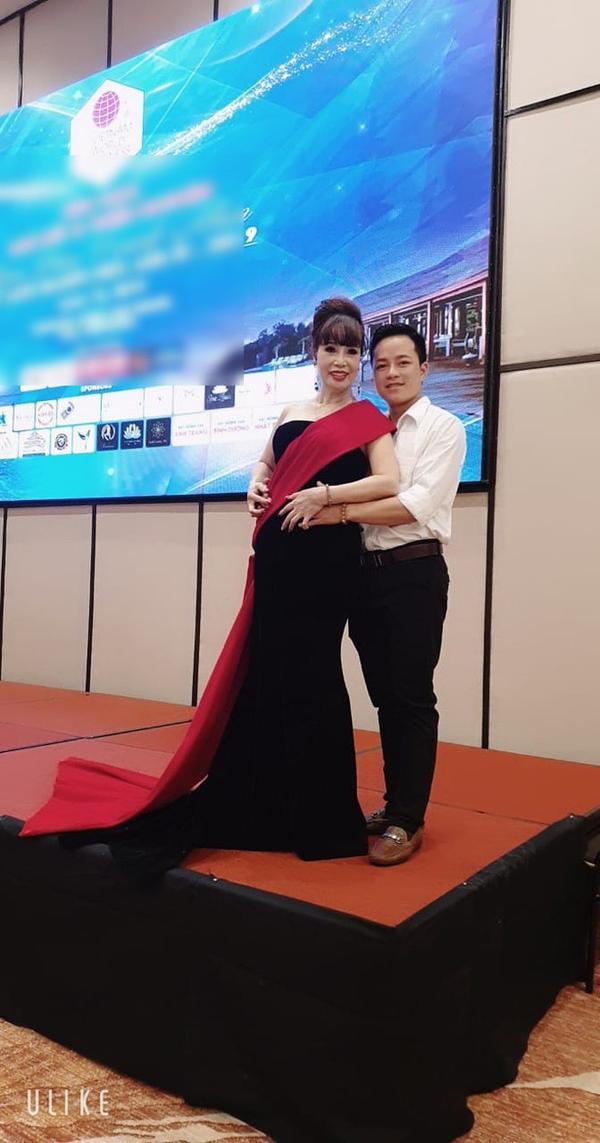 Sau cú lừa mang bầu ngoạn mục, cô dâu 62 tiếp tục gây sốc khi khoe ảnh đi thi Hoa hậu ở Indonesia ảnh 3
