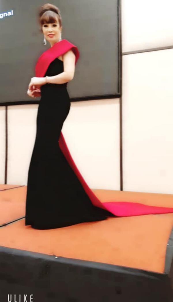 """Chị Thu Sao chuẩn bị trang phục kỹ càng trong dịp tham gia cuộc thi """"Hoa hậu Doanh nhân""""."""