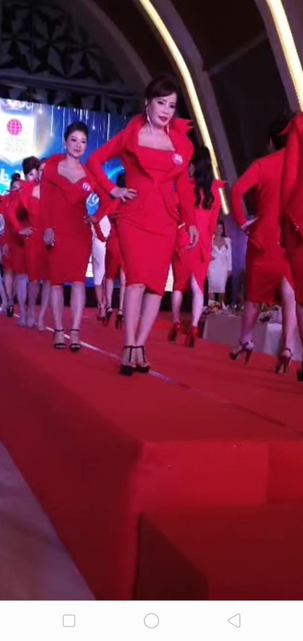 Chị Thu Sao sải bước trên sàn catwalk cùng các thí sinh khác.