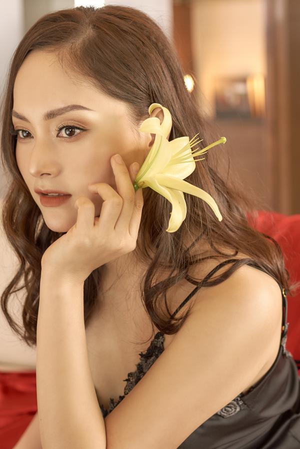 Không kém chị nhường em, Lan Phương mặc đầm ngủ hững hờ thả dáng trong bồn tắm ảnh 2