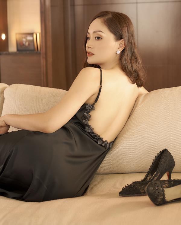 Không kém chị nhường em, Lan Phương mặc đầm ngủ hững hờ thả dáng trong bồn tắm ảnh 3
