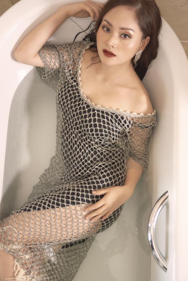 Không kém chị nhường em, Lan Phương mặc đầm ngủ hững hờ thả dáng trong bồn tắm ảnh 10