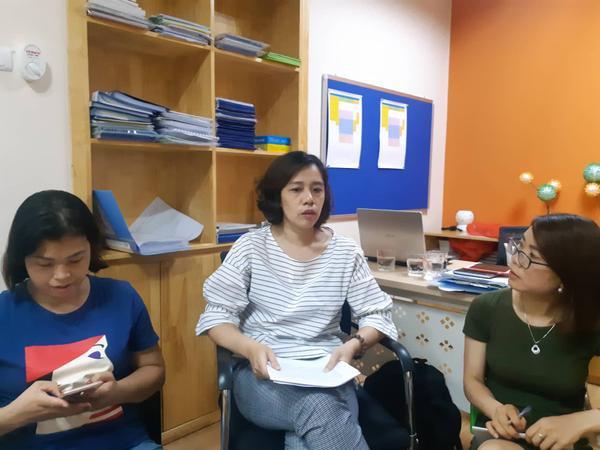 Bà Vương Hoài Vân, Hiệu trưởng Trường Mầm non song ngữ EcoKids (ngồi giữa) thông tin vụ việc.