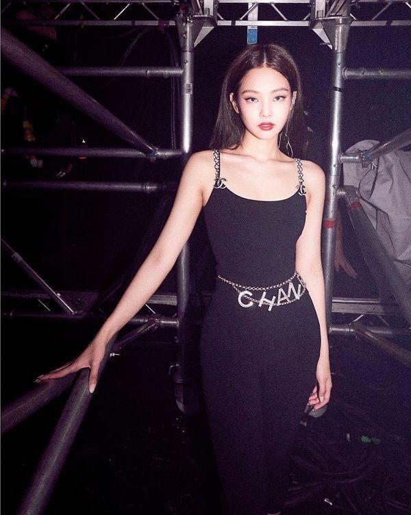 Thành viên nhóm Black Pink cực kì ưa thích items xiềng xích này, cô kết hợp với rất nhiều trang phục