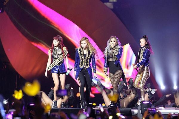 Dù thế nào thì các thành viên 2NE1 vẫn là chị em tốt của nhau!