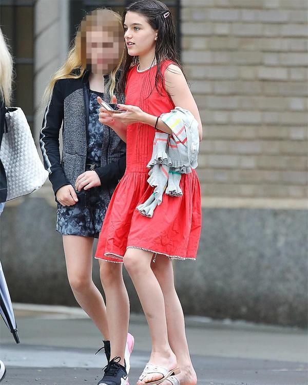 Suri xuất hiện tại đường phố New York sau khi xem phim cùng bạn bè hôm 21/6.