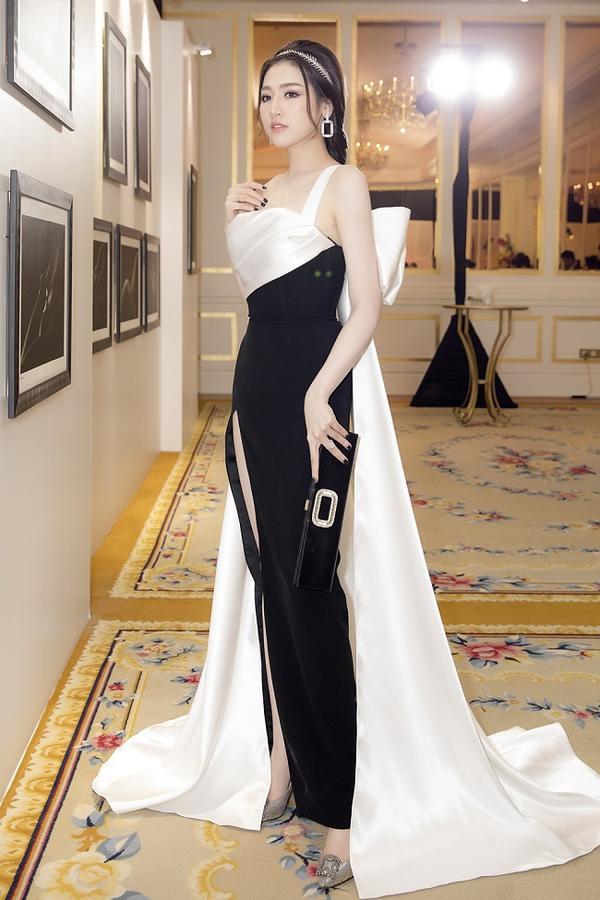 Trong chiếc đầm mix hai màu đen-trắng cầu kì này, Á hậu ghi điểm tuyệt đối và được quan khách tại sự kiện khen ngợi hết lời.