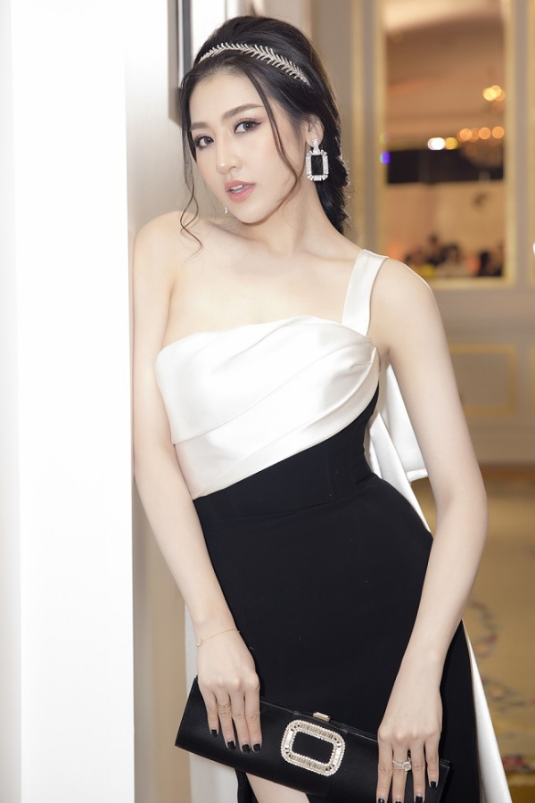Tông makeup vô cùng phù hợp với chiếc váy cùng với kiểu tóc