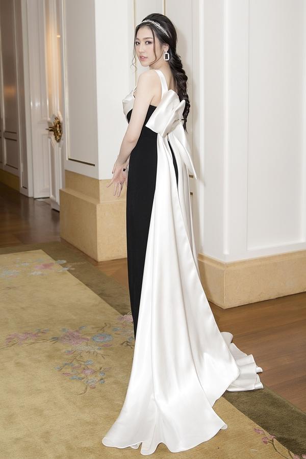 Điểm nhấn chiếc nơ ruy - băng dài thướt tha là điểm nổi bật của thiết kế váy mà cô khoác trên mình