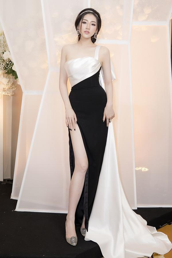 Chiếc đầm đen trắng được cắt cúp và xẻ tà cao ngút ngàn giúp Á Hậu khoe đôi chân dài miên man.